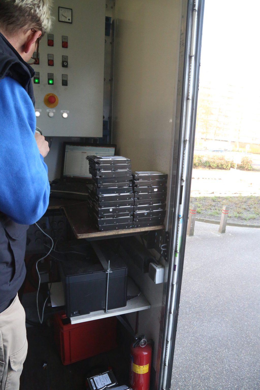 De serienummers van de defecte harddisks worden gescant